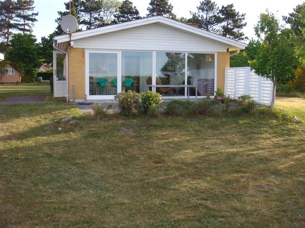Hyggeligt sommerhus på strandgrund med havudsigt